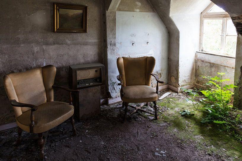 Sitzecke mit Radio im verlassenen Zimmer von Danique Verkolf