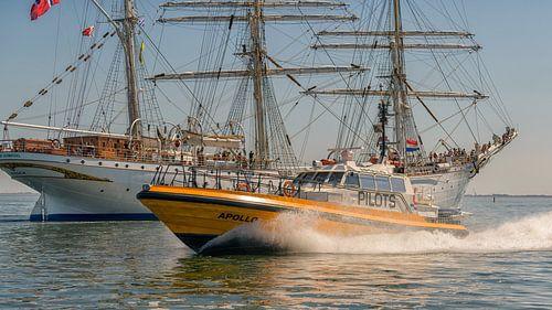 "Pilot tender ""Apollo"" passes the barge ""Statsraad Lehmkuml"" sur"