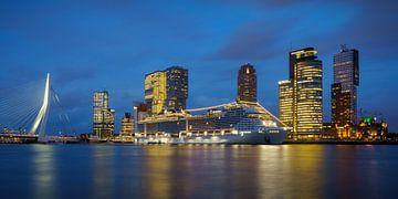 Rotterdam : Kop van Zuid avec un bateau de croisière sur Mark De Rooij