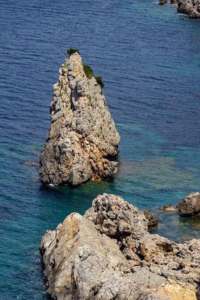 Kustlandschap voor het schiereiland La Victoria in Mallorca van Reiner Conrad