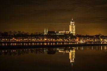 Skyline Deventer bij avond von Gerard Boerkamp