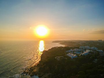 Zonsondergang bij de Portugese kust van