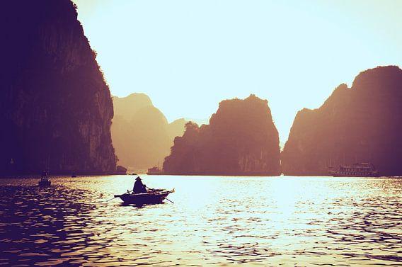 Het gouden uurtje in Halong Bay van Joris Pannemans