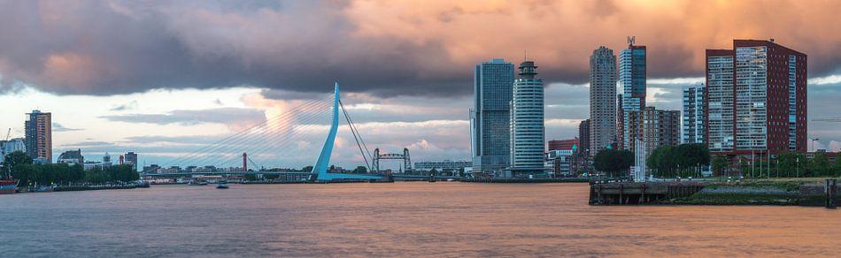 Panoramafoto van Rotterdam met Erasmusbrug en Wilhelminakade van Leo Luijten