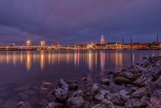 De skyline van Kampen in de avond
