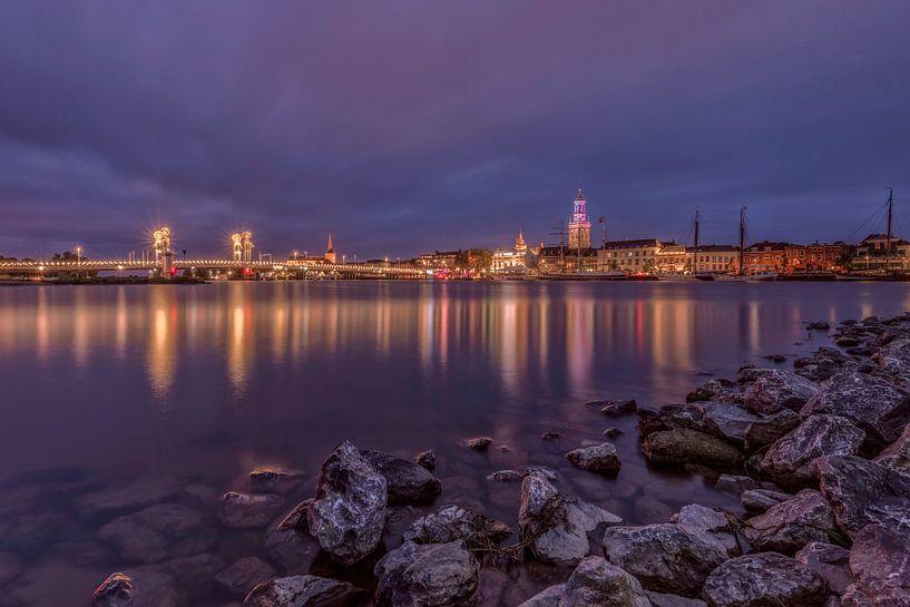 De skyline van Kampen in de avond van Dennisart Fotografie