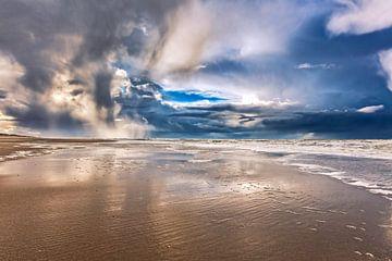 donkere regenwolken boven de Noordzee van eric van der eijk