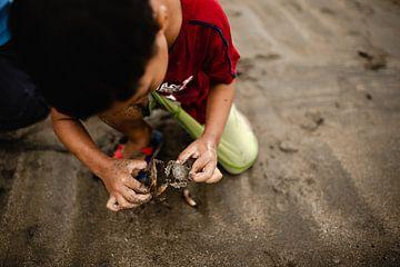 Un enfant sur la plage d'un village de pêcheurs aux Philippines sur Yvette Baur