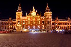 Centraal Station in Amsterdam bij nacht van