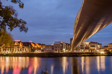 Loopbrug Maastricht in blauw van Peter Wolfhagen
