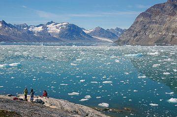 Bij de ijsfjord -op de weg in Oost-Groenland van Reinhard  Pantke