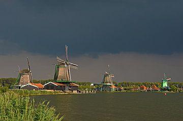 Donkere wolken boven de Zaanse Schans van Frans Blok