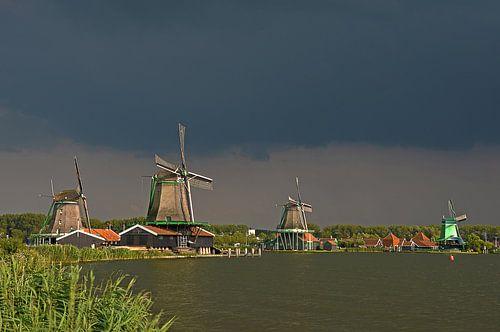 Donkere wolken boven de Zaanse Schans van
