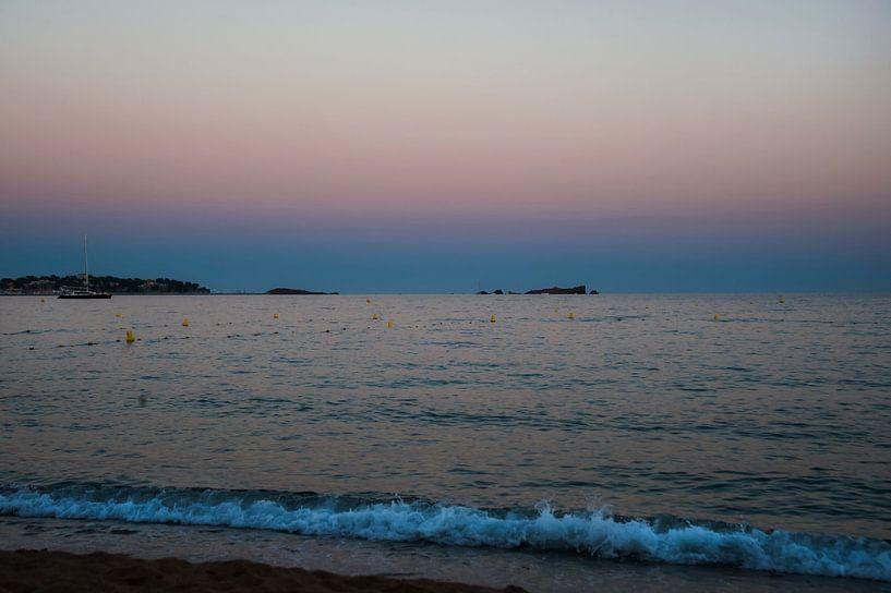 Kleurrijke zonsondergang aan zee van Anouschka Hendriks