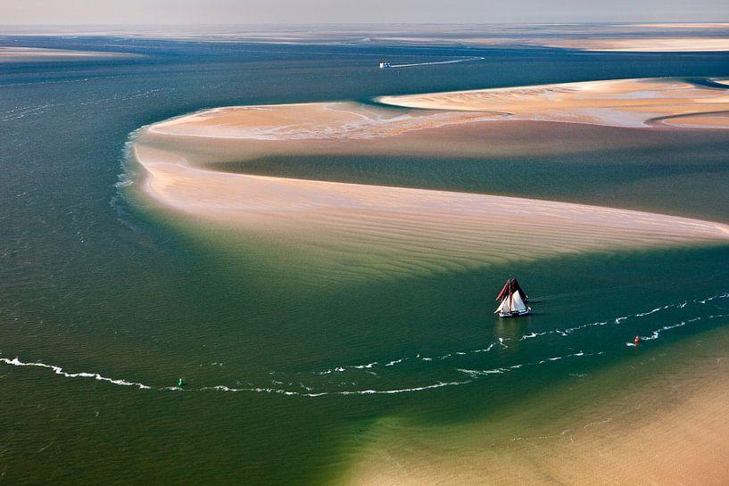 Photo aérienne de deux bateaux de la Flotte Brune à marée basse dans la mer des Wadden sur Frans Lemmens