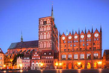 Alter Markt mit Nikolaikirche und Alten Rathaus bei Abendd�mmerung, Altstadt, Stralsund, Mecklenburg von Torsten Krüger