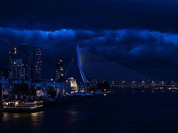 De Erasmus brug in Rotterdam van Michelle Van Den Berg