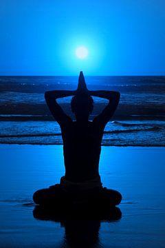 Mediteren bij maanlicht aan zee van Nisangha Masselink