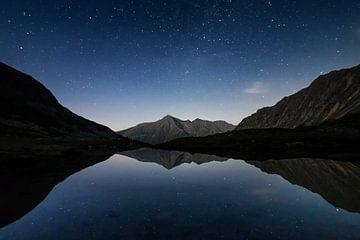 Sterren reflectie in het water in de Oostenrijkse Alpen van Hidde Hageman