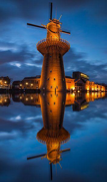 Nolet molen Schiedam na zonsondergang van Ilya Korzelius