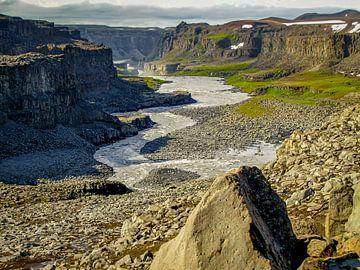 Kloof bij de waterval Dettifoss in IJsland van Rietje Bulthuis