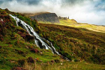 Wasserfall und Blick auf Old Man Storr, Isle of Skye von Lars van de Goor