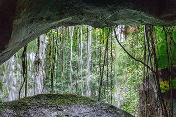Schau durch einen Wasserfall. von Anjo ten Kate