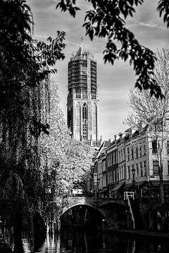 De Utrechtse Dom in de steigers in zwartwit vanaf de werf van de Oudegracht van De Utrechtse Grachten
