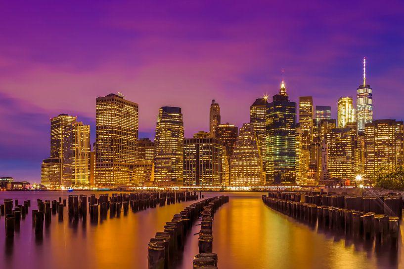 SKYLINE van MANHATTAN met een stralende zonsondergang van Melanie Viola