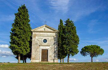 De Cappella della Madonna di Vitaleta in de Val D'Orcia in Toscane, Italië van Discover Dutch Nature