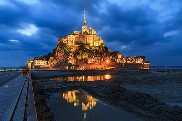 Mont Saint-Michel in de avond met dreigende lucht van