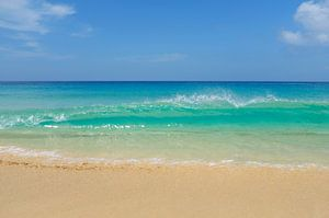 Tropisch strand met golfslag, Cabo Verde van