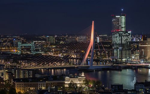 De Erasmusbrug in Rotterdam in koningskleur van