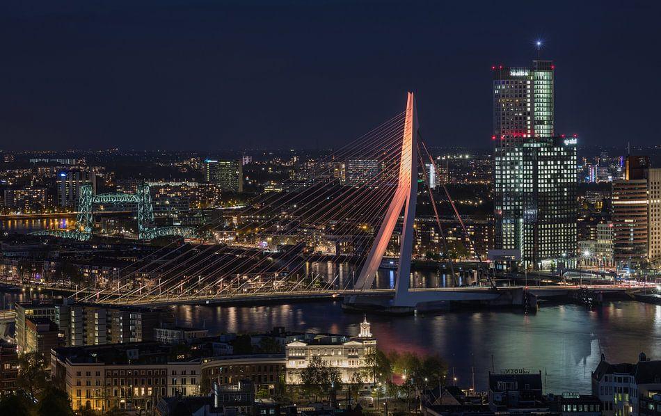 De Erasmusbrug in Rotterdam in koningskleur