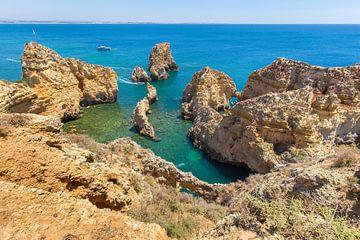 Küste mit Felsen, Horizont und blauem Meer in Portugal von Ben Schonewille