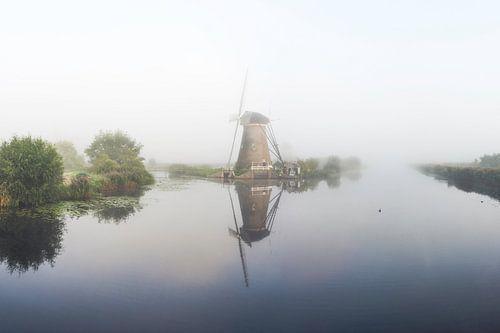 Kinderdijk windmolen in mist van