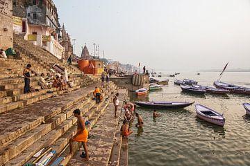 Varanasi, India. Mannen baden zich in de rivier de Ganges van Tjeerd Kruse