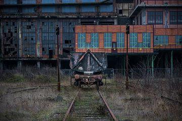 Wagon bij een verlaten fabriek van Patrick Verhoef