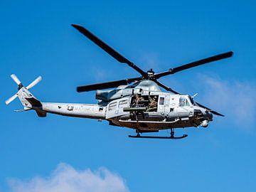US Navy Huey doet een flyby van Vincent Bottema