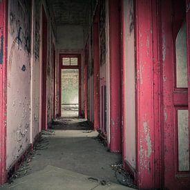 Roter Korridor im verlassenen und verfallenen Schulgebäude von Art By Dominic