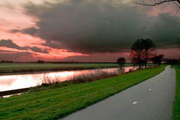 zonsondergang met regenbui van Jouke de Boer