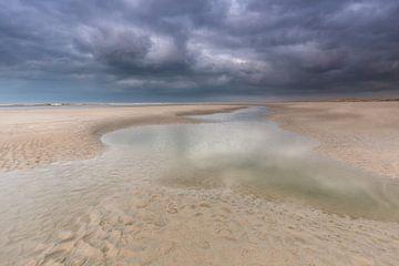 Regenwolken boven het Noordzeestrand Terschelling. van Jurjen Veerman