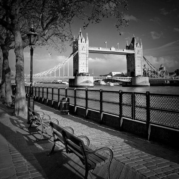 LONDON Aan de oever van de Theems en de Tower Bridge