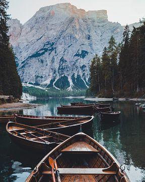 Boote am Pragser Wildsee von Robin Berndt