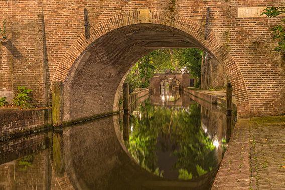 Nieuwegracht  en Paulusbrug in Utrecht in de avond