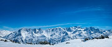 Verschneite Tiroler Alpen in Österreich an einem schönen Wintertag von Sjoerd van der Wal