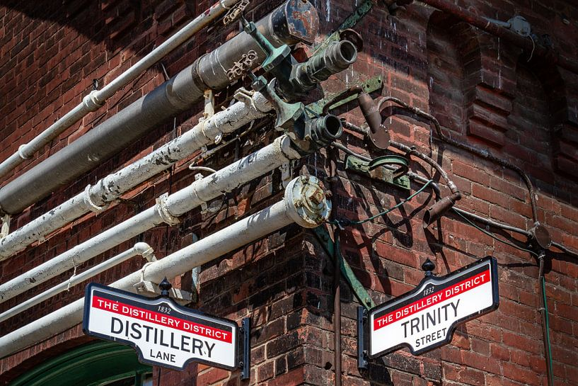Des tuyaux métalliques sur un vieux mur sur Jan van Dasler