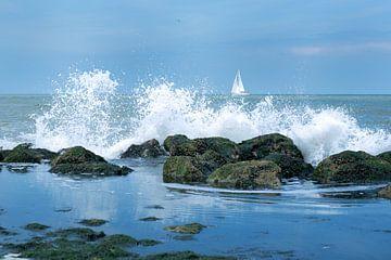 Opspattend water aan de kust van Walcheren van Deem Vermeulen