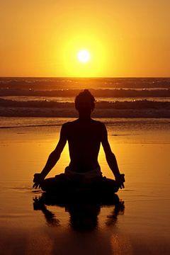Meditation am Strand bei Sonnenuntergang von Nisangha Masselink