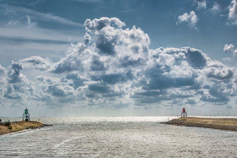 Tussen de twee pieren van de haven van Stavoren in Friesland van Harrie Muis